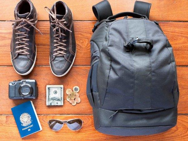mochila viaje zapatos pasaporte aventura